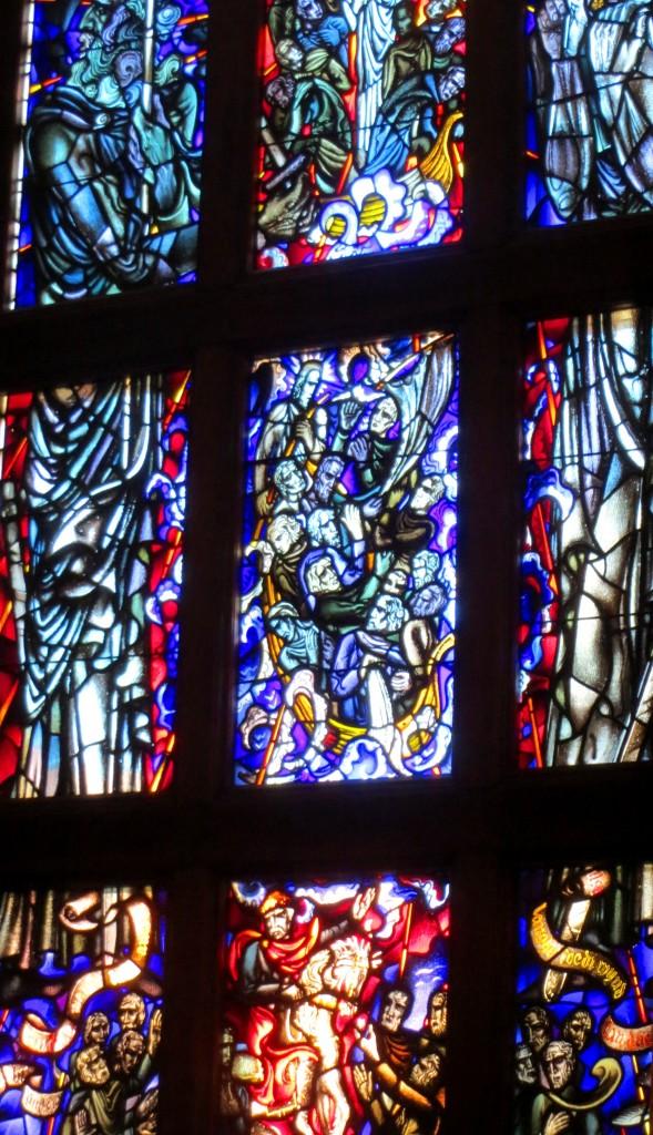 Het middelste raam verbeeldt de legende van het Riepster Licht