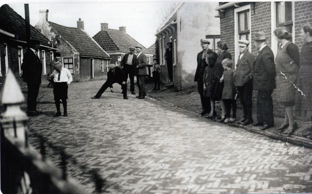 Noten schieten op de Oudeweg in Eenrum, 1927 (foto: Hans Zant)