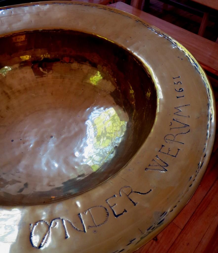 Dit prachtige doopbekken uit Onderwierum is nu te bewonderen in de kerk van Onderdendam
