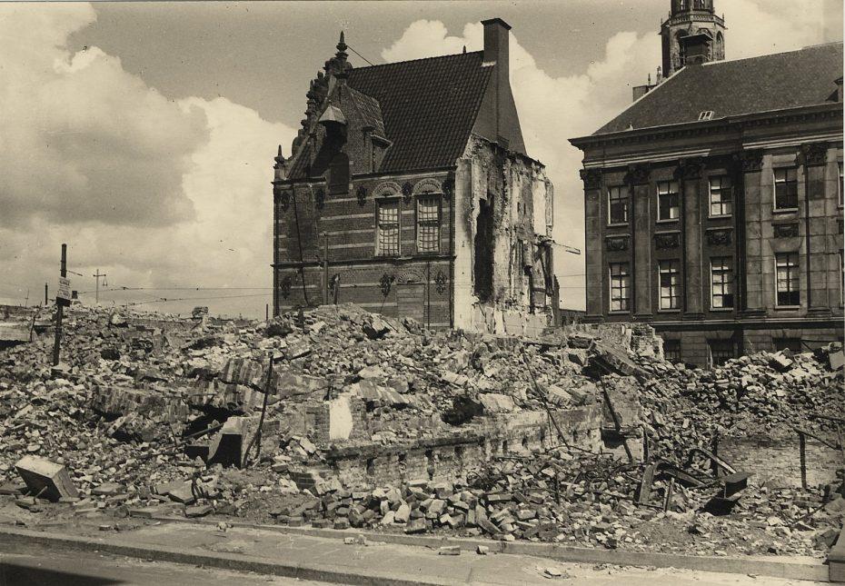 Guldenstraat richting Waagstraat, met Goudkantoor en Stadshuis, Groningen, 1945 (foto via Hans Zant)
