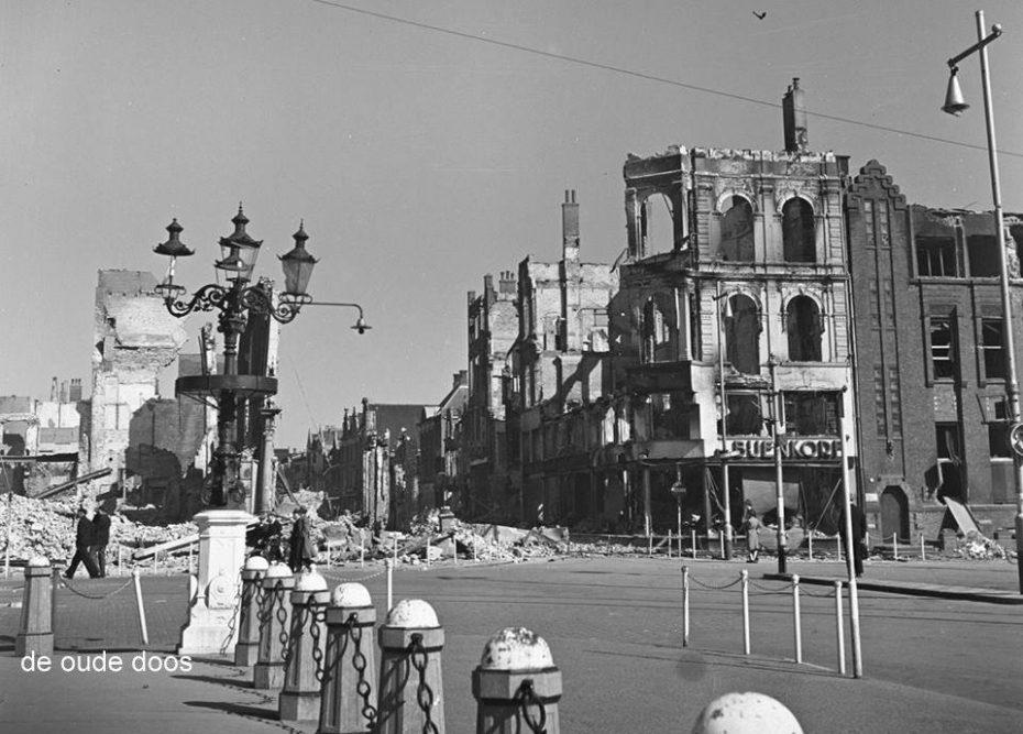 Grote Markt met inkijk naar Oude Ebbingestraat, Groningen, april 1945 (foto via Hans Zant)