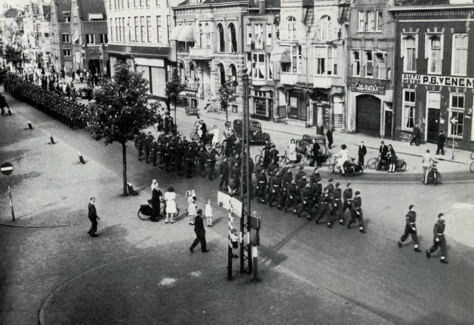 Canadese troepen op het Zuiderdiep, Groningen, 1945 (foto via Hans Zant)