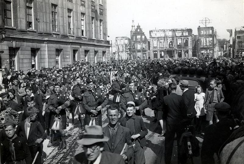 Schotse doedelzakspelers vieren de bevrijding, Grote Markt, Groningen, 1945 (foto via Hans Zant)